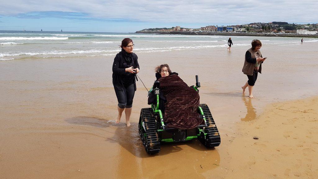 alba en la playa con una silla de ruedas todoterreno