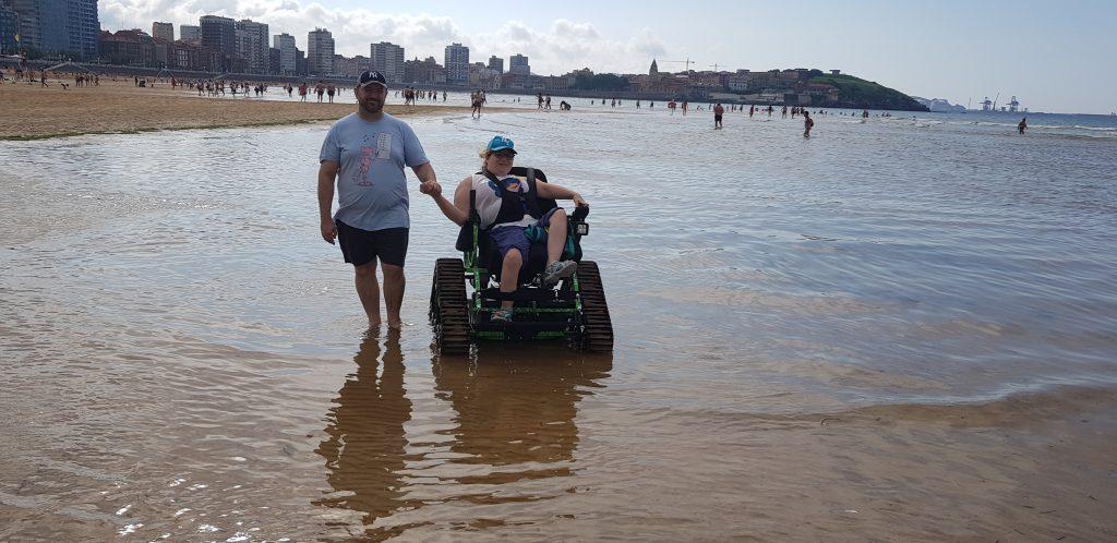 paseo en silla por la playa de la mano
