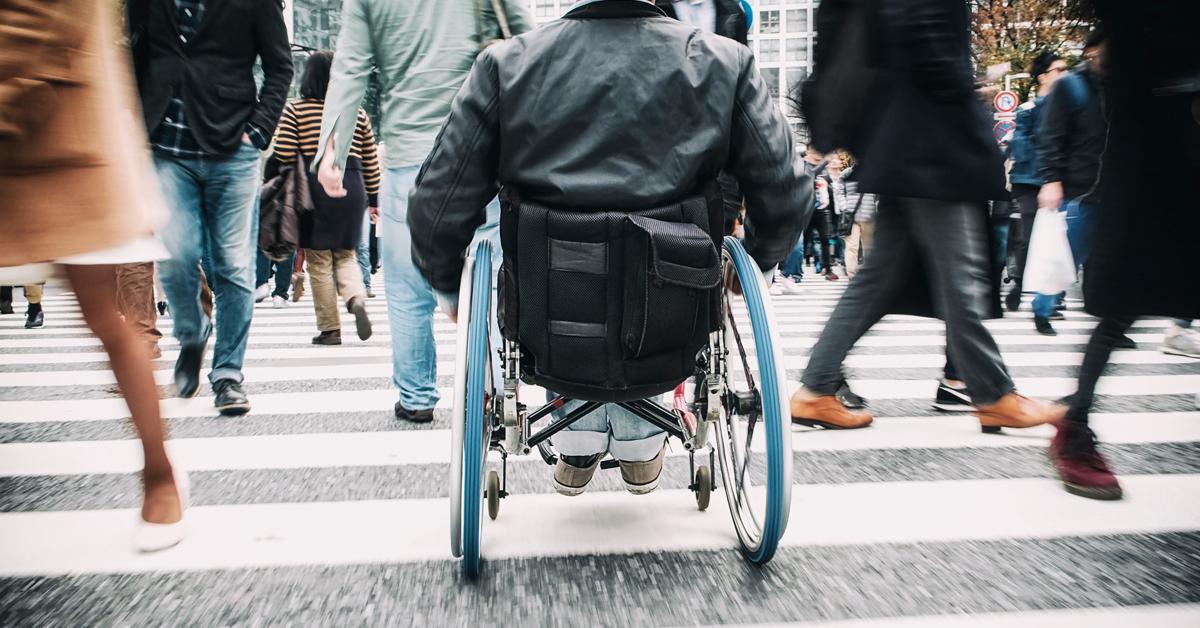 silla de ruedas cruzando paso de cebra